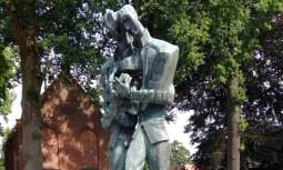 vg008A escultura que representa os irmãos Vincent e Theo van Gogh juntos, em Zundert