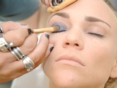 São Paulo-25.11.2010-Maquiagem para fim de ano-Maquiagem para o Reveillon sugerida por Roosevelt Vanine do C.Kamura.Passo 2,preparação dos olhos com cor Azul e brilho.Foto…Niels Andreas