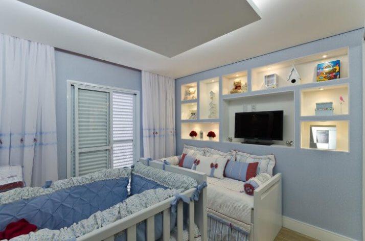 Quarto-de-bebê-menino-azul-com-televisão-Projeto-de-Belissa-Correa