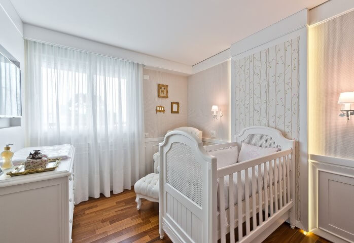 Quarto-de-bebê-menino-clássico-branco-com-painel-iluminado-Projeto-de-Leonardo-Muller