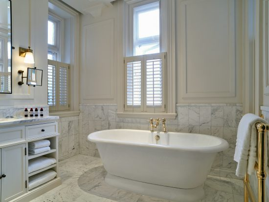 Signature-suite_bathroom-550x413
