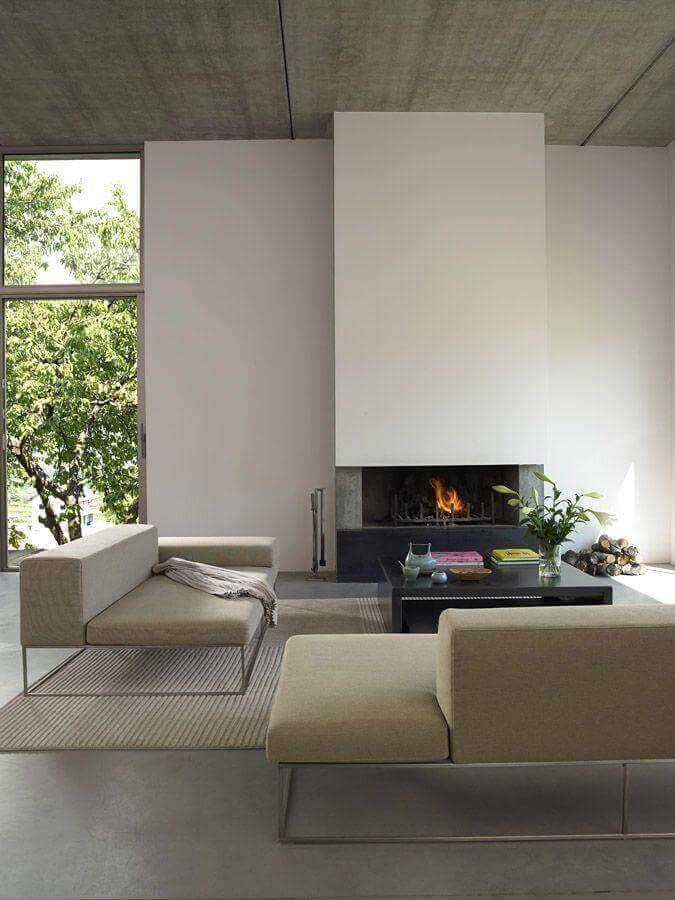 sofá-modernos-para-sala-sofisticada-decorada-com-lareira-Foto-Glorias-Mood